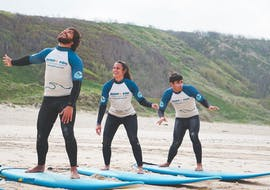 During the Surfing Lessons (from 11 y.) on the Beach of Nazaré three friends learn the surfing techniques with Surf4You in Nazaré.