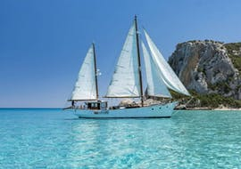 Our vintage sailing ship during the vintage sailing ship trip in Gulf of Orosei in high season with Dovesesto Cala Gonone.