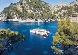 A Catamaran is sailing to Pollença Bay during a boat trip with Alcúdia Sea Trips.
