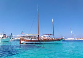 Our vintage sailing ship during the sailing ship trip to la Maddalena Archipelago with lunch with Gite alle isole Palau.