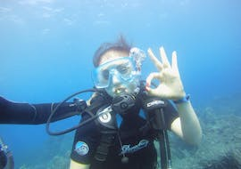 A woman is doing a Trial Dive at Cap d'Antibes near Nice with BeFree2Dive.