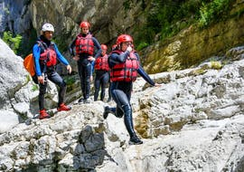 A man is jumping in the river during his River Trekking Tour in Couloir Samson in Verdon with Feel Rafting.