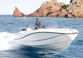 Couple doing a motorboat rental for 10 people in Trogir with our partner Mayer Charter.
