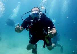 A guy is enjoying his scuba diving trial in Anissaras with Coral Diving Center Crete.