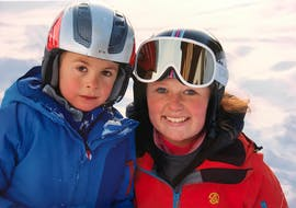 An instructor with a child during their private ski lessons for kids of all levels with ski school Warth Arlberg Snowsports in Warth.