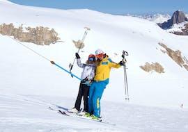 Un moniteur et un de ses élèves prennent le tire-fesse ensemble lors d'un cours de ski pour adultes avec Villars Ski School.