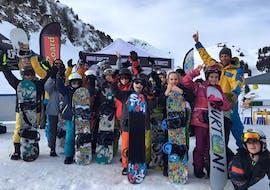 Tous les élèves des cours de snowboard de la Villars Ski School semblent apprécier leur moment.