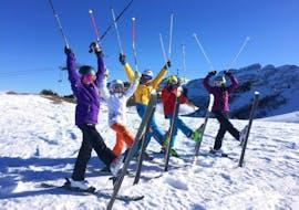 Des ados du Yellow Club de la Villars ski school s'étirent sur leur ski avant de s'élancer sur les pistes.