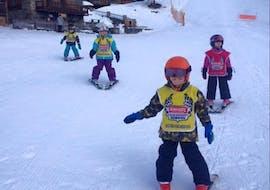 "Kids doing Kids Ski Lessons ""Kidz 4"" (4 y.) in Sainte-Foy-Tarentaise with the skischool Snocool."