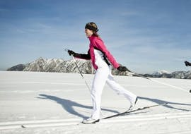 Two cross country skiers follow the trail during the cross country skiing lessons for beginners in the Schneesportschule Black Forest Magic Feldberg.
