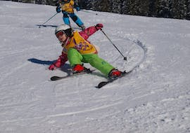 A girl is skiing down the slopes during kids ski lessons with ski school Total Ehrwald at Zugspitze.
