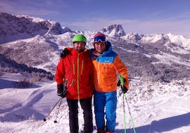 Two skiers are standing on top of a mountain during a private ski lesson for adults of all levels with skischule Thommi in Nassfeld.