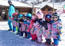 Des enfants prennent leur Premier Cours de ski Enfants (4-6 ans) avec ESI St Christophe Les Deux Alpes.