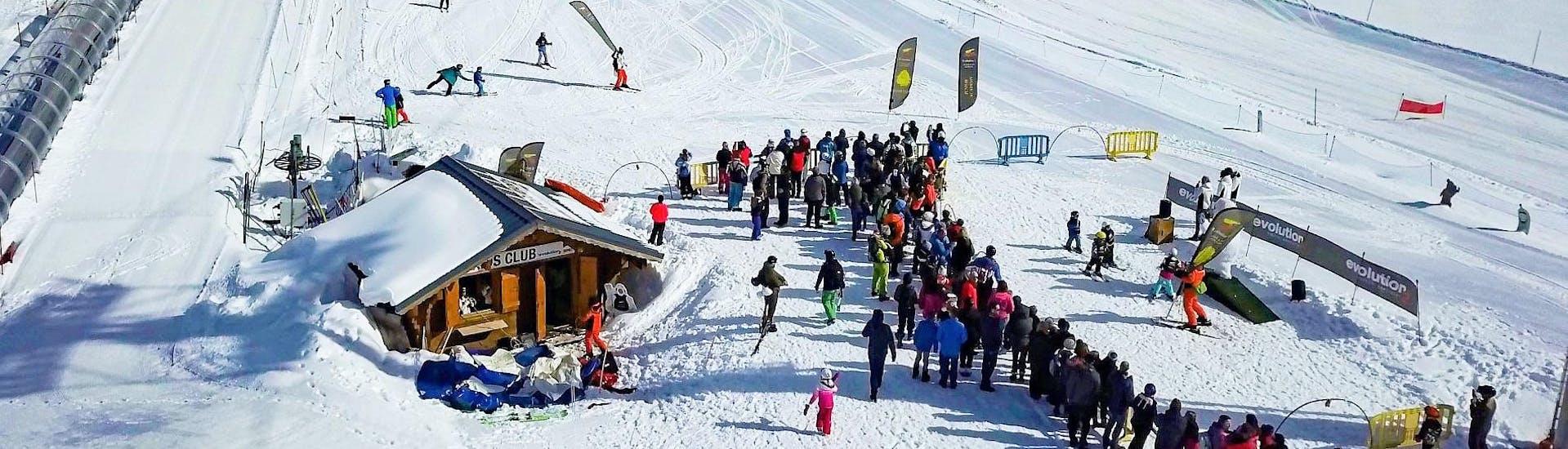 """Des jeunes skieurs apprennent à skier dans l'environnement sûr du Kids Club de l'école de ski Evolution 2 Tignes pendant leur Cours de ski pour Enfants """"Kids Club"""" (3-5 ans) - Après-midi."""