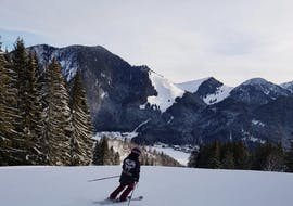 A skier in the Spitzingsee ski area during his adult ski lessons for all levels with the Snowcamp Martina Loch ski school.