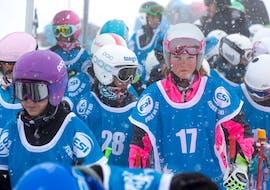 Des enfants prennent unCours de ski Enfants (6-13 ans) pour Expérimentés - Vacances avec ESI St Christophe Les Deux Alpes.