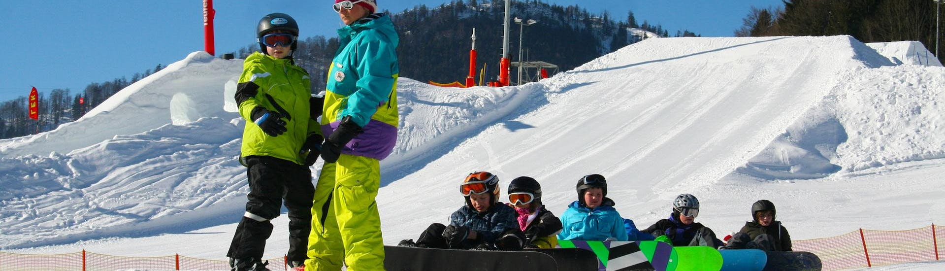 Some people are taking snowboarding lessons for beginners with ski school Ruhpolding at the Westernberg ski area.