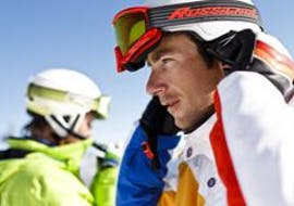 Ein Mann nimmt an einem Skikurs für Erwachsene für Anfänger bei der Skischule Ruhpolding im Skigebiet Westernberg teil.