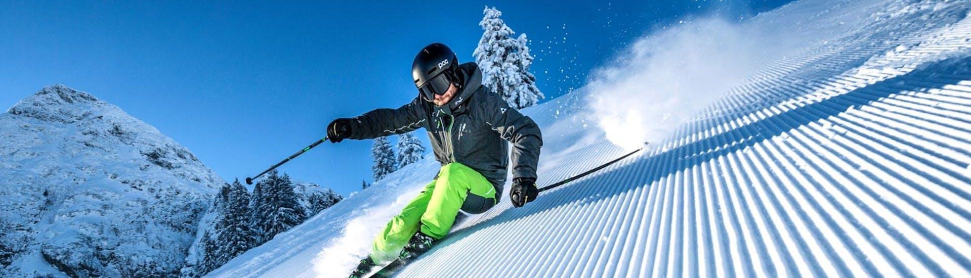 Ein Skifahrer zeigt sein Können, das er im Skikurs für Fortgeschrittene der Skischule Ruhpolding im Skigebiet Westernberg erlernt hat.