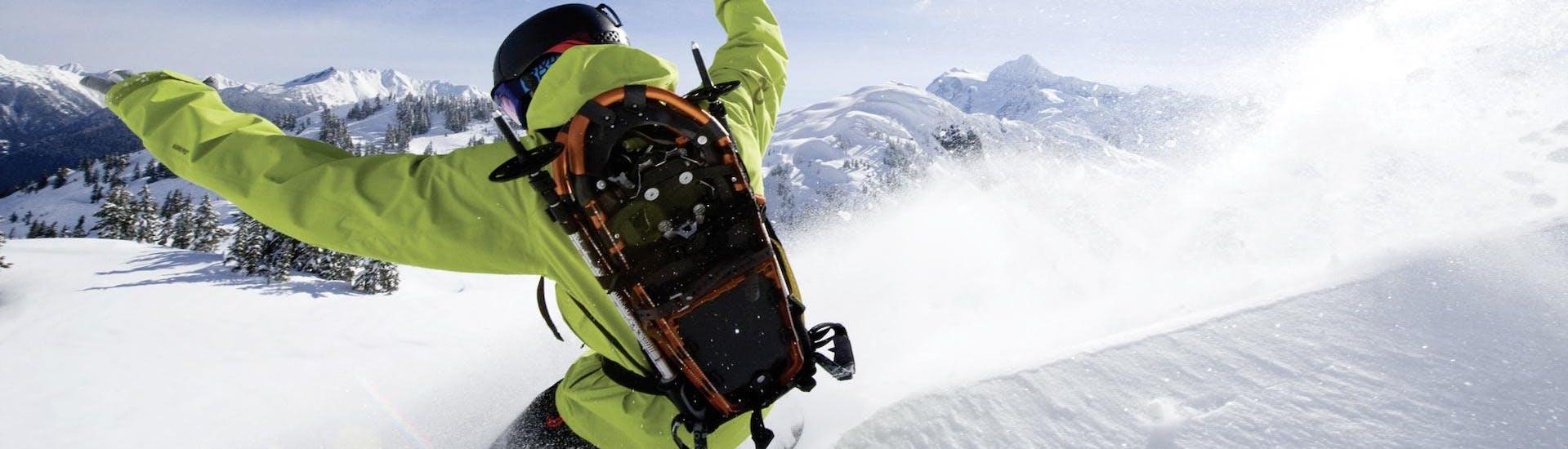 Ein Snowboarder fährt im Tiefschnee während des privaten Snowboardkurses mit der Skischule Ruhpolding.