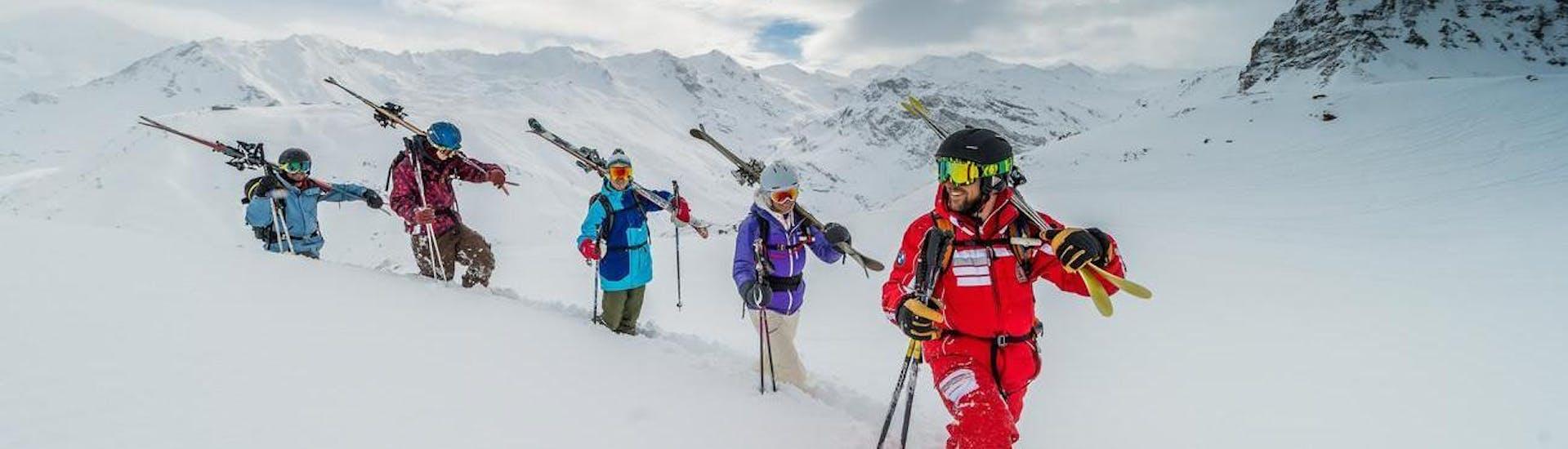 Un groupe de passionnés de ski partage leur passion pour le ski freeride pendant leur Cours particulier de ski freeride - Tous niveaux en explorant de nouveaux endroits avec leur moniteur professionnel de l'école de ski ESF Val d'Isère.