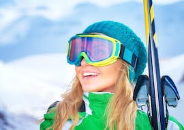 """A woman is taking part in some adult ski lessons """"fit for the pistes"""" with SkiCheck in Fügen-Spieljoch."""