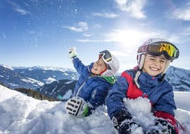 Two children are having fun during their kids ski lessons (4-14 y.) for all levels with SkiCheck in Fügen-Spieljoch.