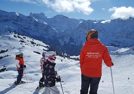A little skier is asking questions to her ski instructor of Redcarpet Swiss Snowsports in Leukerbad.