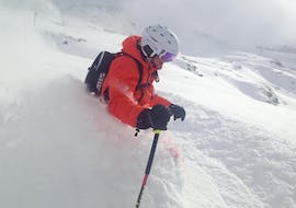 A skier going through the snow during private ski lessons for adults of all levels with ski school Pettneu in St. Anton.