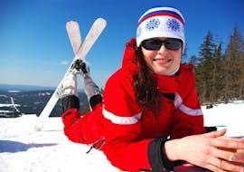 Een vrouw neemt deel aan de cursus Privélessen skiën voor volwassenen - Alle niveaus van Skischule Kahler Asten.