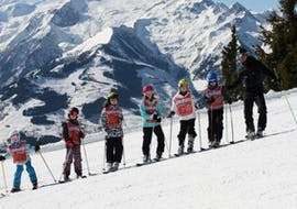 Children at their kids ski lessons (4 - 14 yrs.) for all levels with the Ski School Zell am See Outdo.