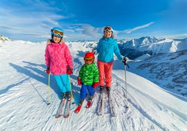 A family during their private ski lessons for families with ski school Dachstein West in Gosau.