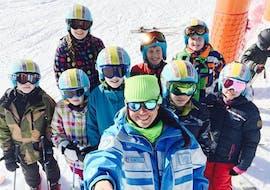 Des enfants prennent un selfie avec leur moniteur de ski de l'école de ski ESI Easy2Ride Morzine pendant leur Cours de ski pour Enfants (5-13 ans) - Matin - Expérimenté.