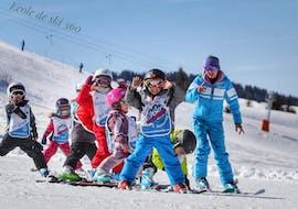 Un groupe de jeunes skieurs profitent des pistes des Gets durant un cours de ski pour enfants avec 360 Les Gets.