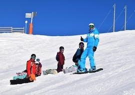 Un groupe de snowboardeurs s'amusent sur les pistes des Gets lors d'un cours de snowboard pour tous niveaux avec 360 Les Gets.