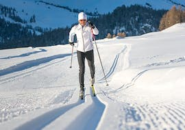 A young man is skiing during Private Cross Country Skiing Lessons - All Levels with the ski school Schneesportschule Morgenstern.