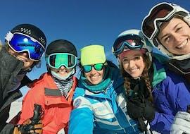 Un groupe de snowboardeurs prend un selfie avec leur moniteur de snowboard de l'école de ski ESI Easy2Ride Morzine pendant leur Cours de snowboard - Tous âges - Après-midi - Expérimenté.