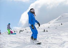 Des personnes prennent des Cours de snowboard (dès 8 ans) pour Tous niveaux avec Starski Grand Bornand.