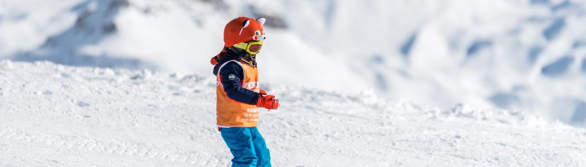 Un enfant prend un Cours particulier de ski Enfants - Basse saison avec notre partenaire Starski Grand Bornand.
