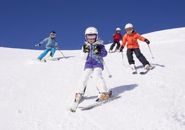 Children learn to ski on flat pistes during their Private Ski Lessons for Kids at Zugspitze with the ski school Skischule Zugspitze-Grainau.