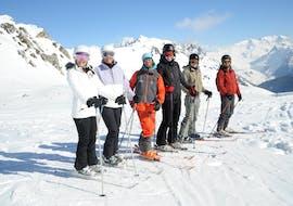 Des personnes s'amusent lors de leur Cours de ski Ados & Adultes - Haute saison - Arc 2000 avec Evolution 2 - Arc 2000.