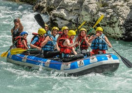 A family is enjoying their rafting tour on the Verdon river organized by Yeti Rafting.