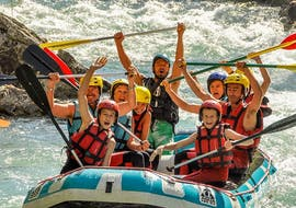 A group of adults and kids are enjoying themselves on the Verdon river during the Classic rafting descent organized by Yeti Rafting.