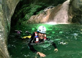 A girl is happily swimming in the water during the Canyoning in Torrente Palvico organized by LOLgarda.
