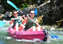 Having rented a high-quality canoe at Aigue Vive, two friends are enjoying the peaceful descent during the Mini-Tour 8km in Ardèche.