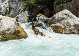 A group of people is paddling across one of the tumultuous rapids while rafting on the Cetina River with Active 365.