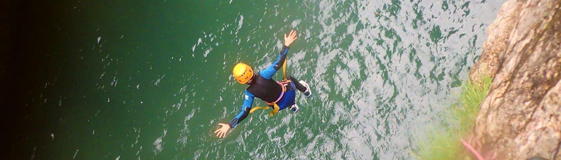 Ein Teilnehmer am Canyoning im Torrente San Michele - Campione Spezial, das von Skyclimber organisiert wird, springt ins Wasser.