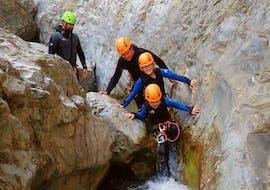 Vier Teilnehmer des Canyoning am San Michele - Campione Spezial von Skyclimber, machen sich auf den Weg durch die Felsen des Canyons.