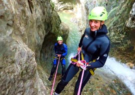 Beim Canyoning im Torrente Vione mit SKYclimber stellen sich junge Männer mit einem Lächeln auf den 45 m langen Abstieg ein.