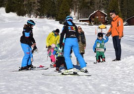 People doing a Kids Ski Lessons (4-6 y.) for All Levels with ABC Snowsport School in Arosa.